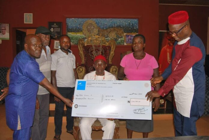 Onicha Ugbo monarch and other eminent persons presenting the cheque to the widow